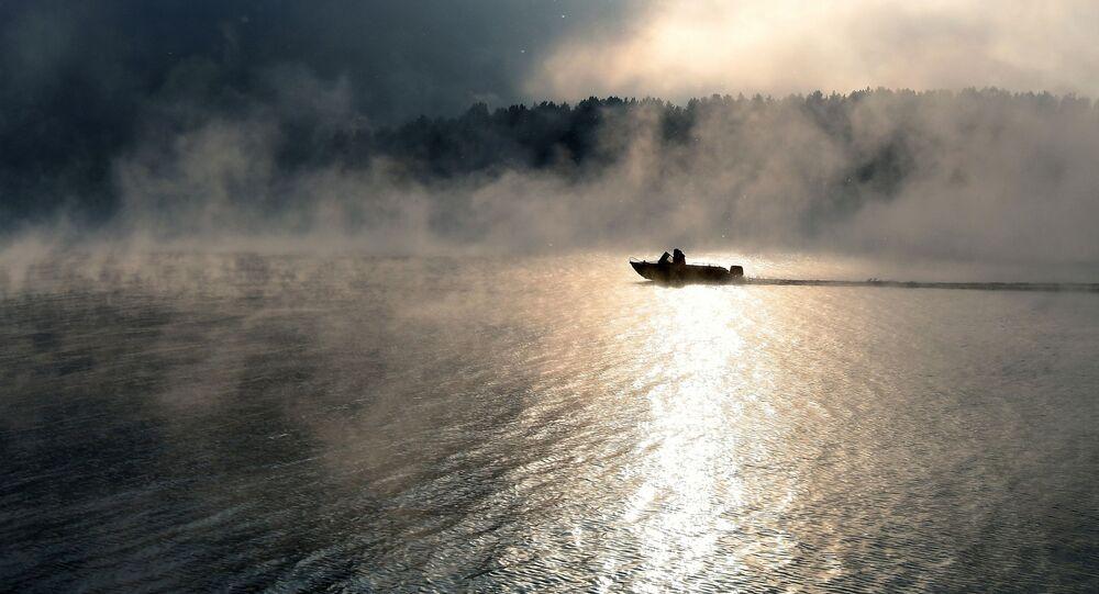 Łódź motorowa na wodach Jeniseju w Krasnojarskim Kraju.