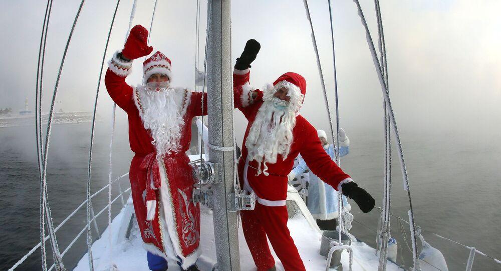 """Członkowie klubu jachtowego """"Skiper"""" w kostiumach karnawałowych biorą udział w ostatnim w 2020 roku wyjściu jachtu żaglowego """"Wiktor"""" na wody Jeniseju."""