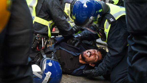 Policja zatrzymuje protestującego przeciwko ograniczeniom wprowadzonym z powodu epidemii w Londynie - Sputnik Polska