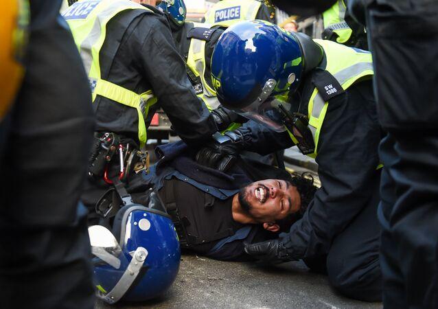 Policja zatrzymuje protestującego przeciwko ograniczeniom wprowadzonym z powodu epidemii w Londynie