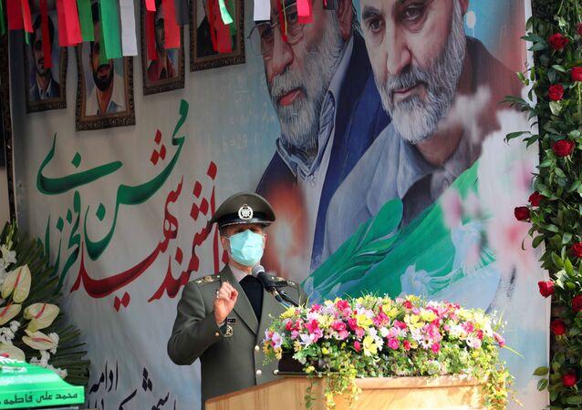 Minister obrony Iranu Amir Hatami przemawia podczas ceremonii pogrzebowej irańskiego fizyka jądrowego Mohsena Fakhrizadeha w Teheranie
