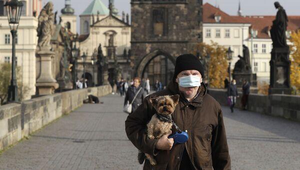 Mężczyzna w masce, Praga - Sputnik Polska