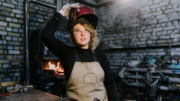 Alena Kiselewa, założycielka warsztatu My sister's garage w swojej kuźni w Iwanowie - Sputnik Polska