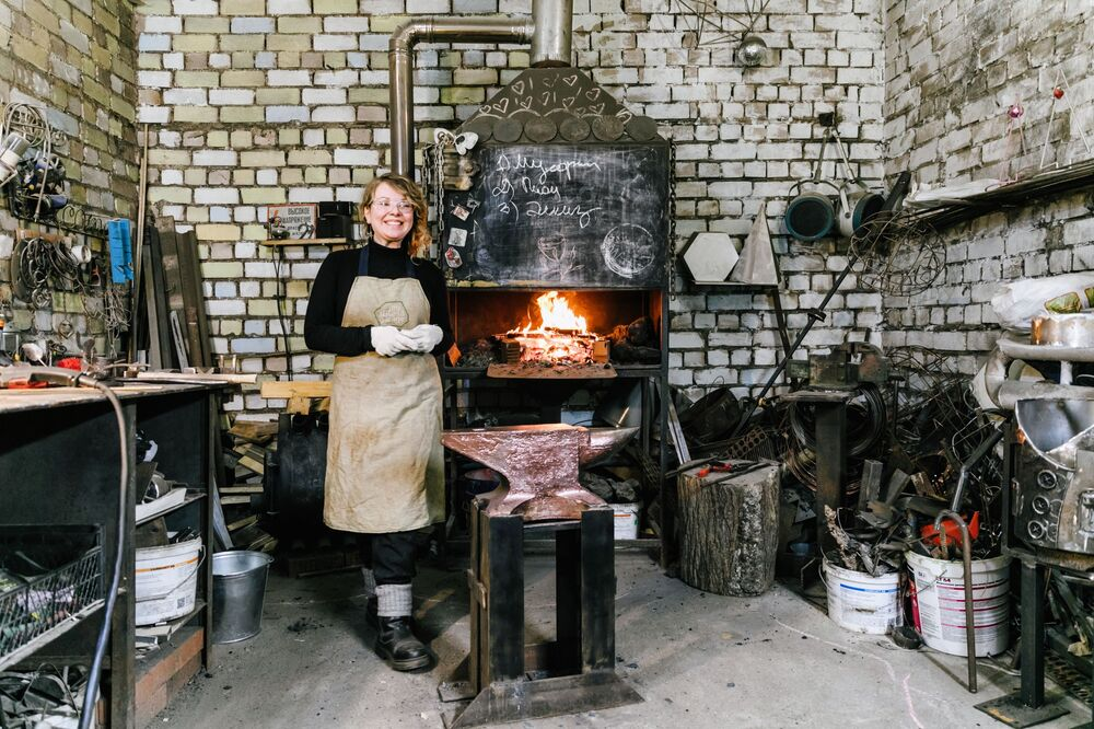 Alena Kiselewa, założycielka warsztatu My sister's garage w swojej kuźni w Iwanowie