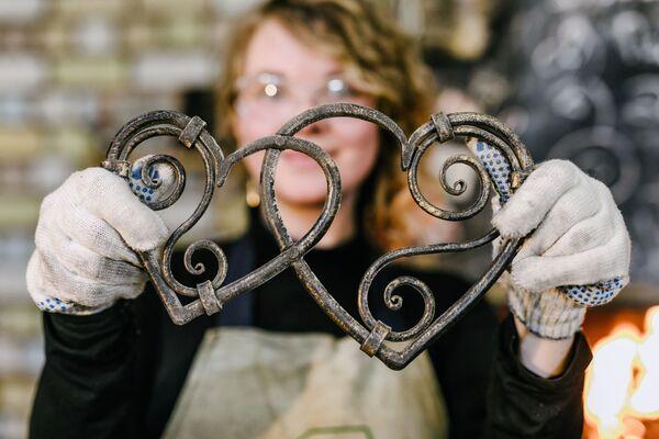 Projekt wykonany z okazji staroruskiego rytuału wiązania serc w kuźni My sister's garage w Iwanowie - Sputnik Polska