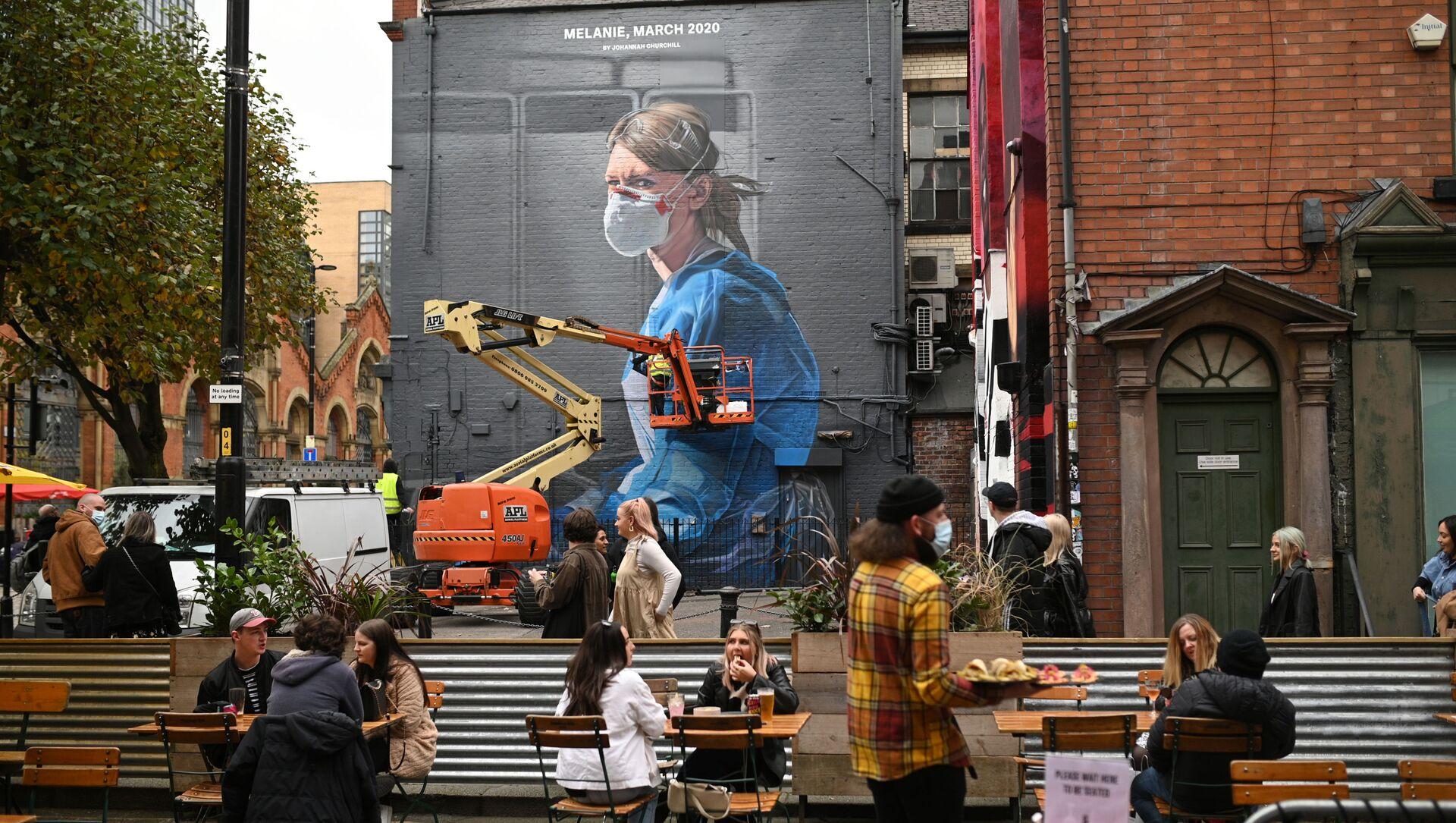 Ludzie przed ratownikiem zajmującym się graffiti w Manchesterze  - Sputnik Polska, 1920, 31.03.2021