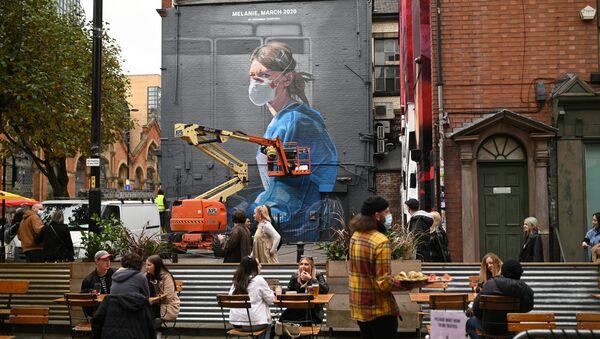 Ludzie przed ratownikiem zajmującym się graffiti w Manchesterze  - Sputnik Polska