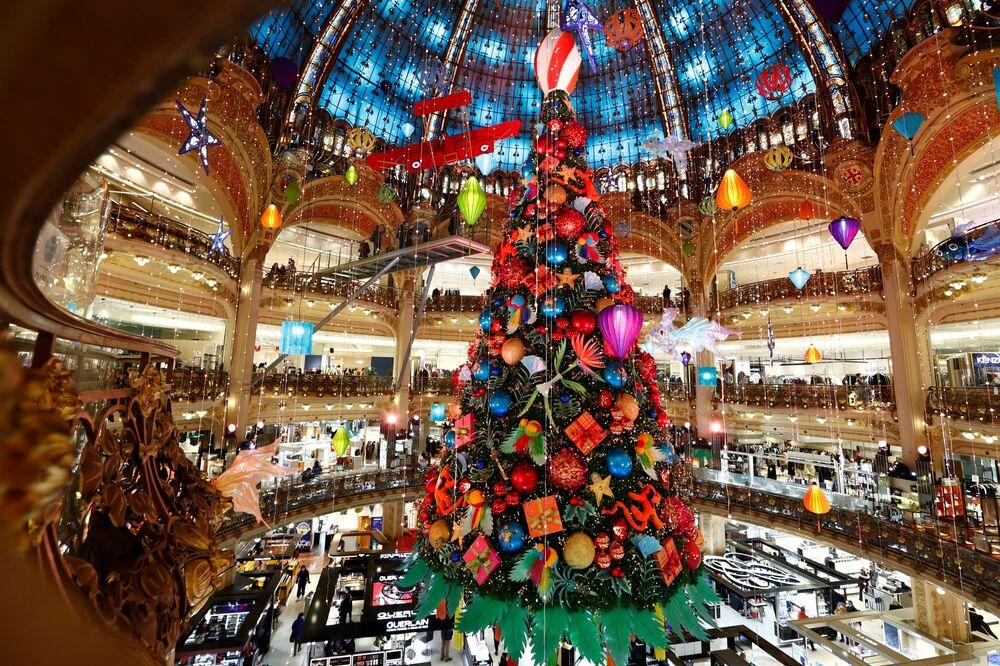 Drzewko bożonarodzeniowe w jednym z centrów handlowych w Paryżu