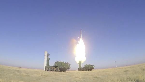 Bojowe odpalenia pocisków rakietowych S-400  - Sputnik Polska