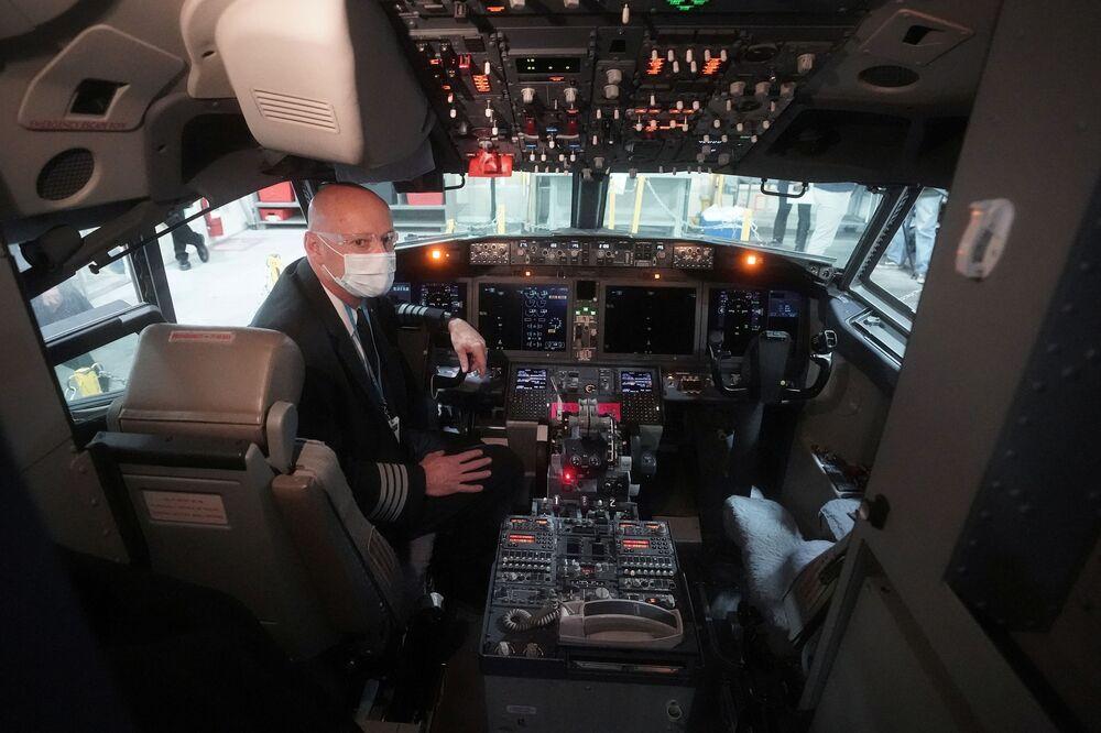 Kapitan samolotu Boeing 737 Max w kokpicie hangaru naprawczego w Tulsie, Oklahoma, USA
