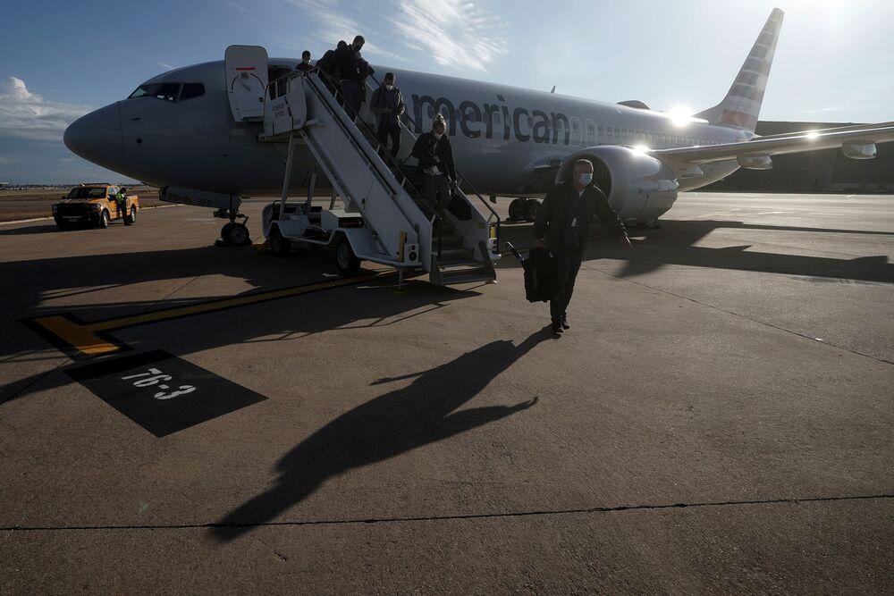 Samolot Boeing 737 Max na pasie startowym na lotnisku Dallas Fort Worth, Teksas, USA