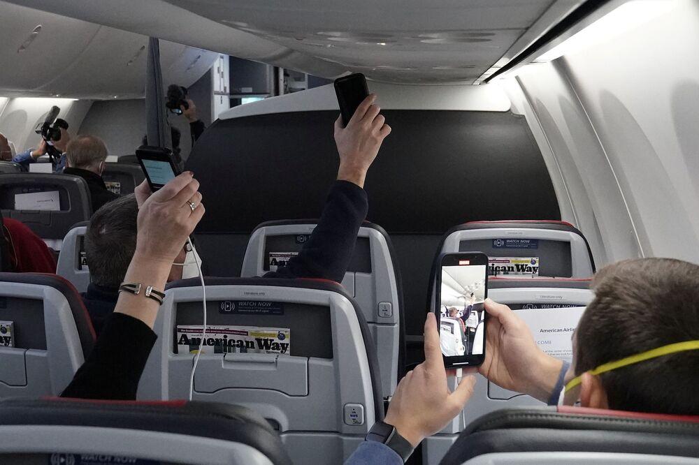 Przedstawiciele mediów nagrywają komunikat kapitana przed startem na pokładzie Boeinga 737 Max