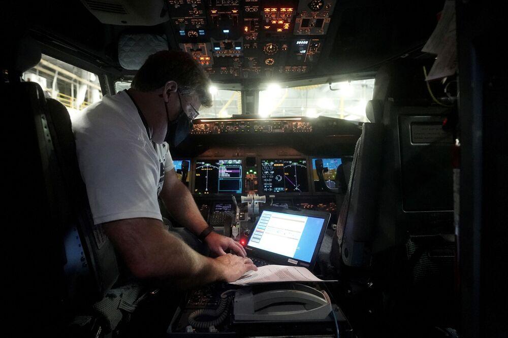 Specjalista wgrywa nowe oprogramowanie do Boeinga 737 Max w Tulsie