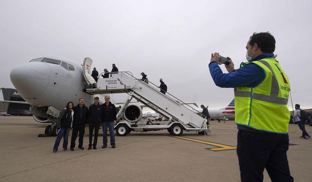 Pracownicy American Airlines pozują przed odrzutowcem Boeing 737 Max przed startem