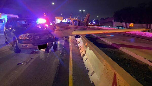 Jednosilnikowy samolot Bellanca Viking po awaryjnym lądowaniu na autostradzie w amerykańskim stanie Minnesota - Sputnik Polska