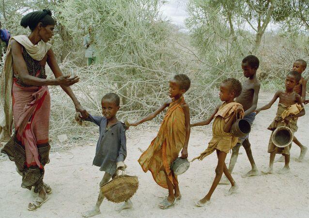 Głodujące dzieci w Somalii.