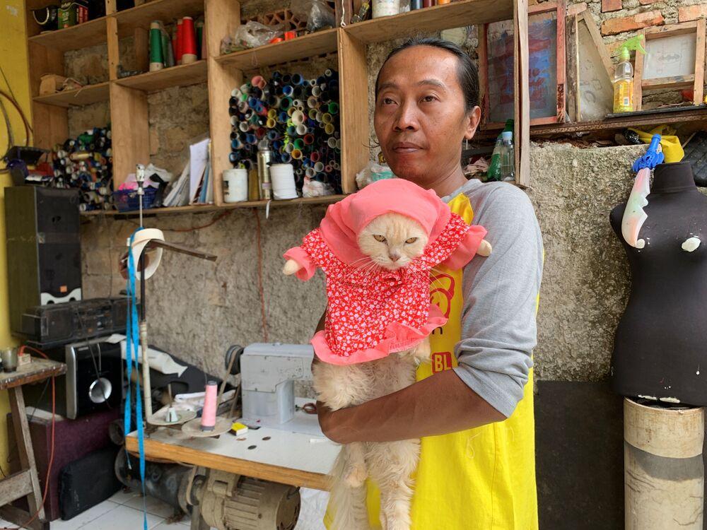Fredi Lugina Priadi, indonezyjska projektantka mody, ze swoim kotem w przebraniu, Dżakarta, Indonezja