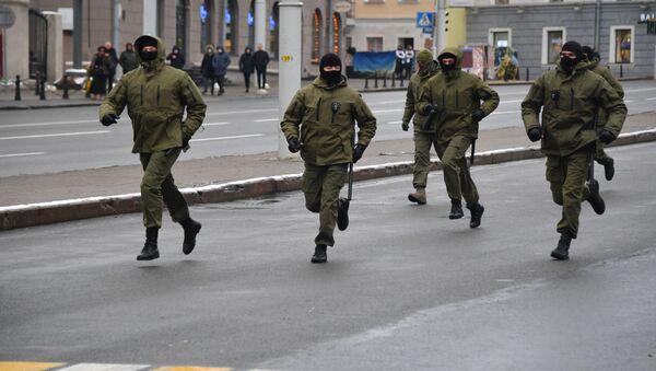 Funkcjonariusze organów ścigania podczas protestów w Mińsku. - Sputnik Polska