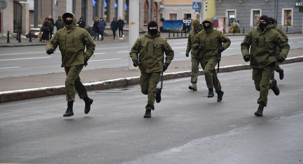 Funkcjonariusze organów ścigania podczas protestów w Mińsku.