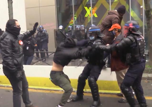 Demonstracje i starcia z policją
