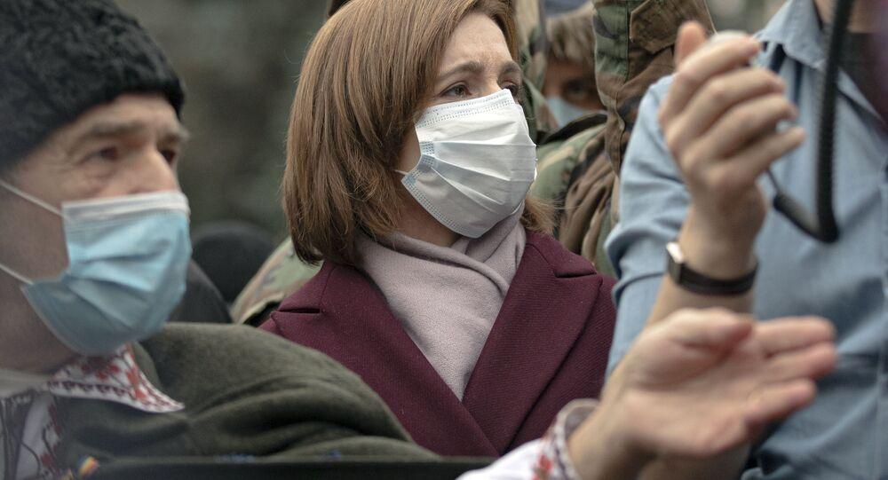 Prezydent-elekt Mołdawii Maia Sandu podczas niedzielnego protestu przed siedzibą rządu.