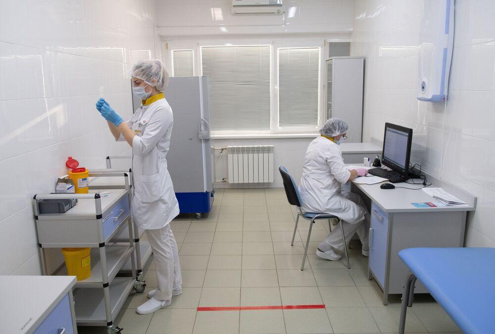 Pracownicy medyczni w centrum szczepień przeciwko COVID-19 miejskiej przychodni w Moskwie