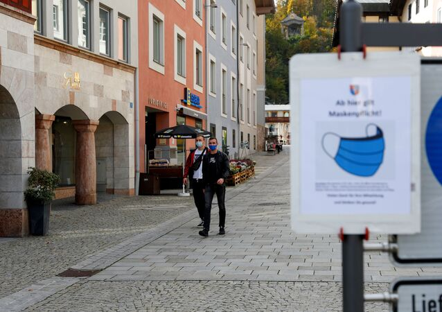 Ludzie w maseczkach w Bawarii