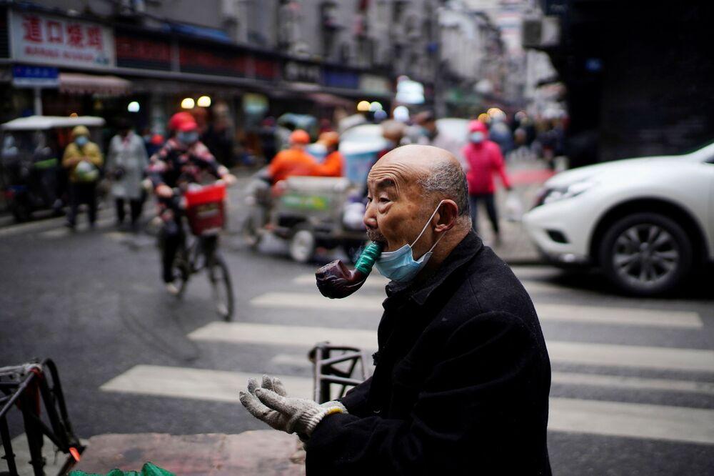Mężczyzna na ulicy w Wuhanie