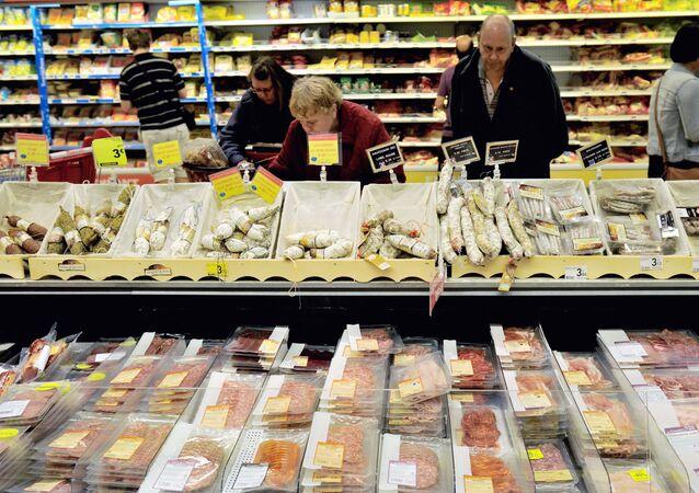 Klienci w supermarkecie Auchan