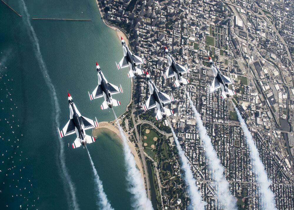 Piloci Thunderbirds Delta podczas pokazu lotniczego i wodnego w Chicago