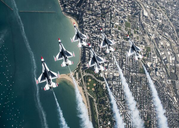 Piloci Thunderbirds Delta podczas pokazu lotniczego i wodnego w Chicago - Sputnik Polska