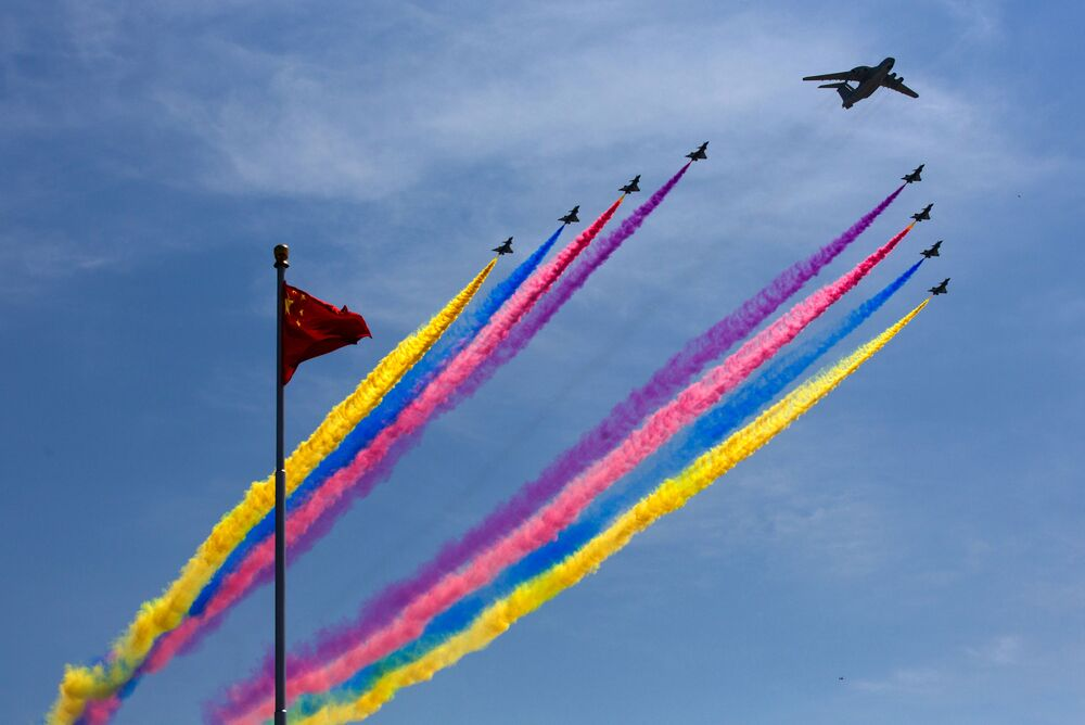 System wczesnego ostrzegania i sterowania KJ-2000 prowadzi pilotów myśliwców J-10 podczas defilady wojskowej w Pekinie