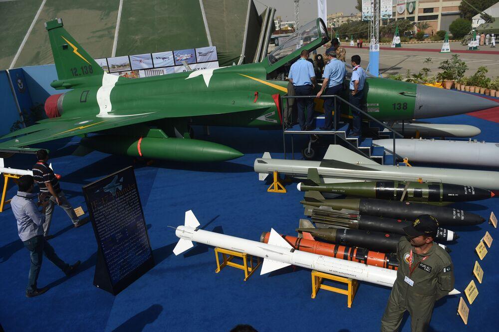 Wielofunkcyjny samolot bojowy JF-17 Thunder podczas Międzynarodowej Wystawy i Seminarium Obronnego (IDEAS) 2016 w Karaczi, Pakistan