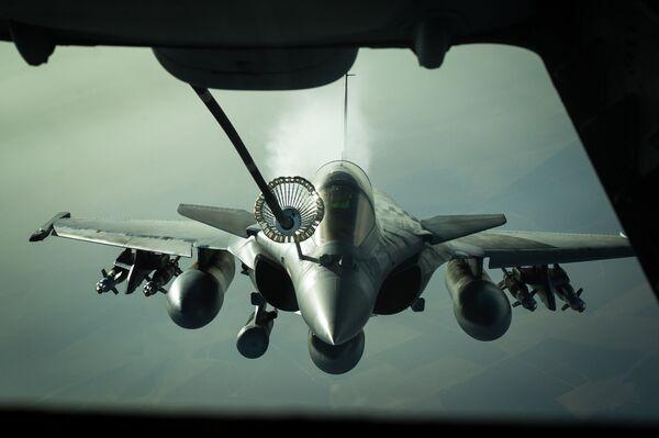 Francuski myśliwiec Dassault Rafale podczas tankowania w powietrzu - Sputnik Polska