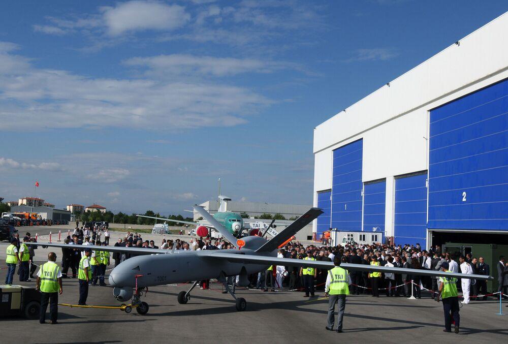 Pierwszy bezzałogowy samolot w Turcji Anka lub Phoenix podczas ceremonii uruchomienia w TAI - Turkish Aerospace Space Industries Inc.