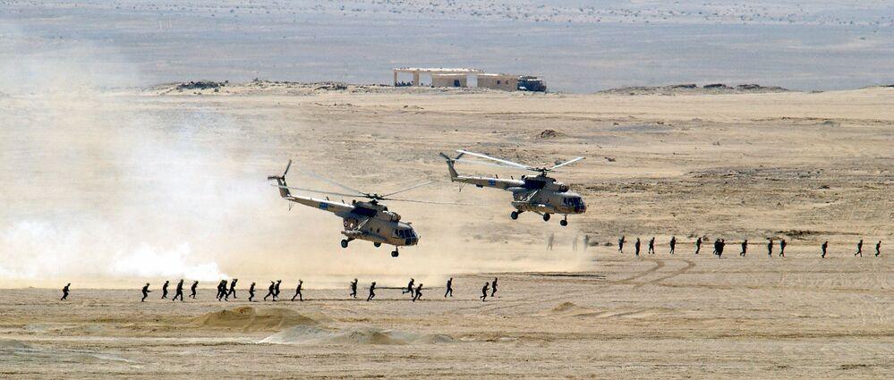 Dwa śmigłowce Mi-8 Sił Powietrznych Egiptu podczas ćwiczeń