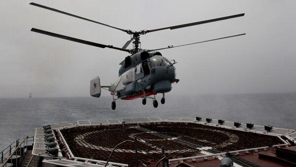 Śmigłowiec Ka-27PS Floty Oceanu Spokojnego ląduje na pokładzie krążownika rakietowego Wariag. - Sputnik Polska