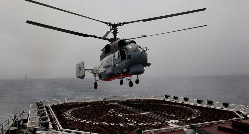 Śmigłowiec Ka-27PS Floty Oceanu Spokojnego ląduje na pokładzie krążownika rakietowego Wariag.