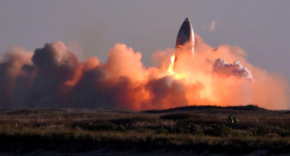 Prototypowy model rakiety Starship SN8 amerykańskiej firmy kosmicznej SpaceX eksplodował podczas lądowania.
