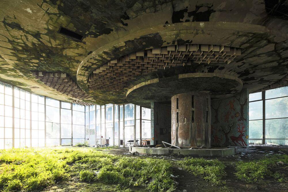 Praca francuskiego fotografa Jonkera opuszczonej kawiarni w Abchazji z cyklu Powrót natury