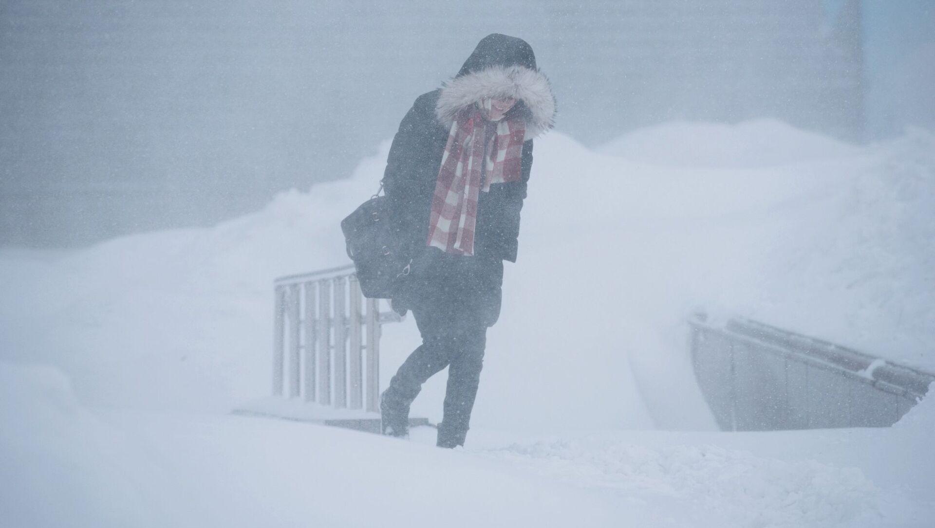 Dziewczyna idzie ulicą podczas burzy śnieżnej - Sputnik Polska, 1920, 07.02.2021