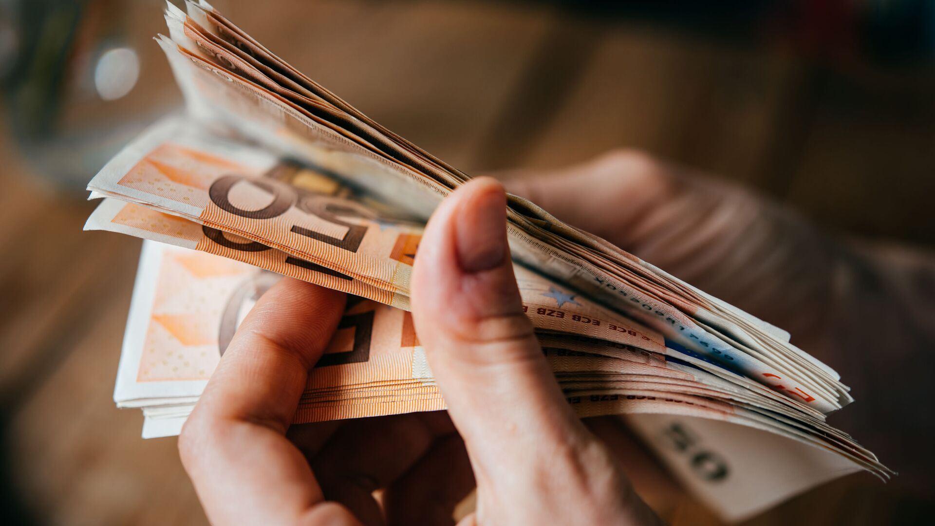 Banknoty euro w rękach - Sputnik Polska, 1920, 15.06.2021