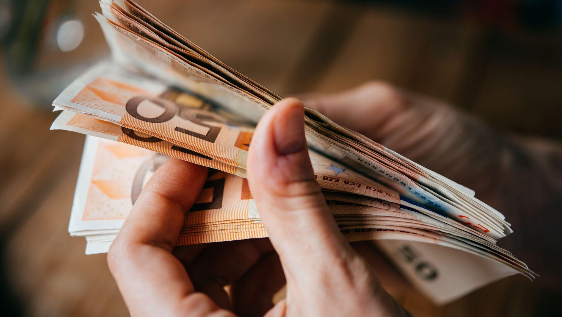 Banknoty euro w rękach - Sputnik Polska, 1920, 31.03.2021