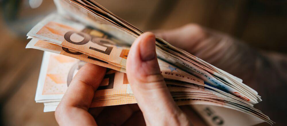 Banknoty euro w rękach.