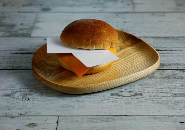 W tym burgerze leży 7 g plastiku, tyle zjadamy w ciągu 10 dni  - Sputnik Polska