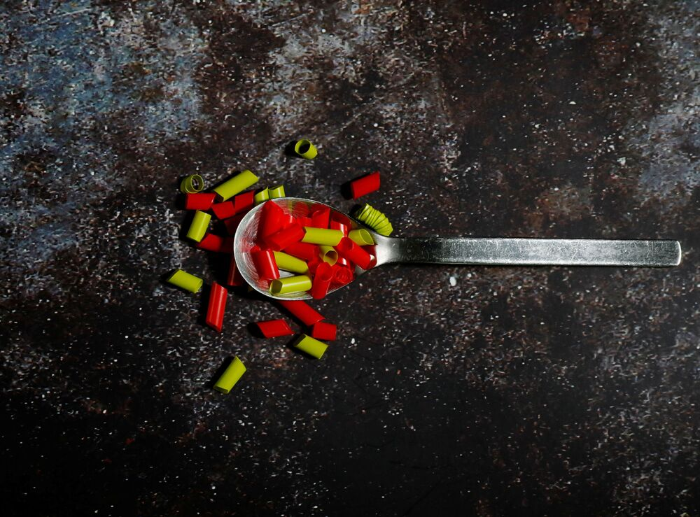 Kawałki słomek o wadze 0.7 g – tyle plastiku zjadamy codziennie