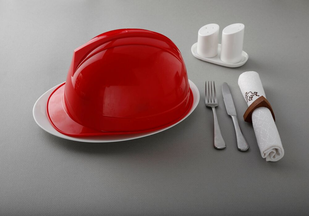 Plastikowy hełm to ilośc rocznie spożywanego przez człowieka mikroplastiku (248 g)