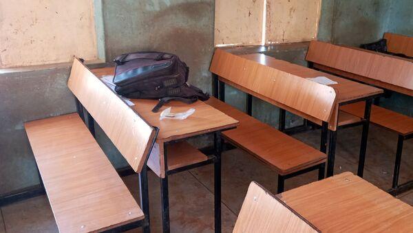 Plecak pozostawiony w klasie po ataku na szkołę w mieście Kankara w Nigerii. - Sputnik Polska
