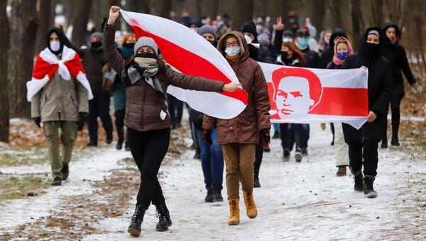 Protestujący z flagami w Mińsku - Sputnik Polska