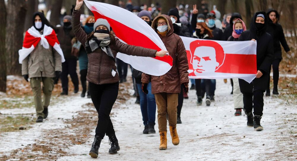 Protestujący z flagami w Mińsku.